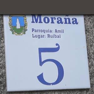 """Placa de uno de los portales de """"Lugar do Ruibal"""" en la aldea de Amil, Concello de Moraña, Provincia de Pontevedra, Galicia, España"""