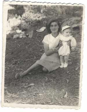 Lois Pérez Leira en brazos de su madre Flora, en Vigo, Galicia