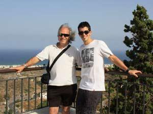 Luis Felipe Lorente Mena, empresario argentino en Murcia, junto a su hijo Ignacio. Al fondo el horizonte enmarcado por el Mar Mediterráneo