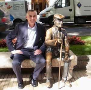 """El abogado argentino Marcelo Enrique Daghero, que reside en Cataluña, posando junto al """"Yayo"""", personaje típico de Tarragona"""