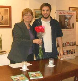 La periodista y escritora argentina María González Rouco durante la presentación de uno sus libros, junto a su hijo Martín Prebble