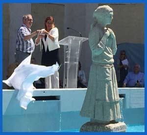 Momento en el que el Alcalde de Cangas, Xosé Manuel Pazos y la Presidenta de la Diputación de Pontevedra, Carmela Silva, descubren la estatua a María Soliña en Parque da Palma, Cangas de Morrazo, Rías Baixas