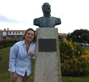 Marina Lalli junto al busto al General San Martín que erigieron los argentinos que viven en A Coruña, Galicia, España