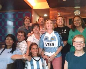 Asociación de argentinos en A Coruña, en una celebración patria. Vemos a la odontóloga Marina Lalli con la camiseta de la selección nacional