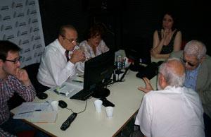 """Roque Vega, realizador del programa """"A vos te cuento Buenos Aires"""" Radio Conexión Abierta, durante la entrevista a Mario Trejo con la presencia de invitados y su colaboradora habitual, Nélida Puig"""