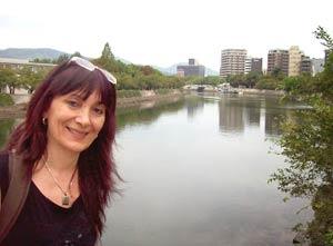 Marta Pizzo, autora argentina de tangos, posando con la ciudad japonesa de Hiroshima de fondo