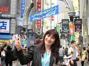 La poeta argentina Marta Pizzo paseando por calles de Tokio, en su gira acompañando a la cantante japonesa Anna Saeki, setiembre 2013