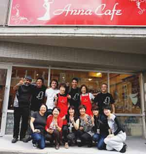 "Marta Pizzo, poeta argentina del tango, en Hiroshima, Japón, frente a ""Anna Café"" junto a parte del elenco que acompaño a la cantante japonesa Anna Saeki"