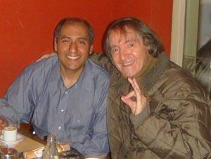 Pedro Misirlian junto a Carlos Balá, en un bar de Buenos Aires, Argentina