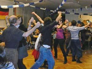 Los argentinos bailan una zamba, danza clásica del folklore nacional, en la celebración de la Navidad 2012 en la asociación argentina CAARNE de Berlín, Alemania