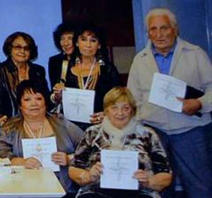 La escritora argentina Nélida Caracciolo cuando recibe el diploma por su participación en una antología literaria bilingüe en Buenos Aires, Argentina