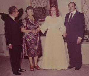 La escritora bilingüe y traductora de inglés Nélida Caracciolo el día de su boda. A la izquirda, el gran bandoneonista argentino Alberto Caracciolo, su padre, figura del tango