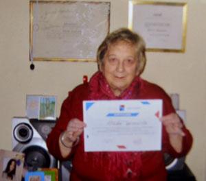 La escritora y traductora de inglés Nélida Caracciolo, en su casa de Banfield, Provincia de Buenos Aires, Argentina, mostrando una de las muchas distinciones recibidas en su carrera profesional