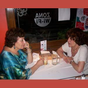 Ángeles Ruibal en Buenos Aires, compartiendo mesa y mantel con la poetisa Nélida Puig, de Argentina