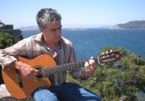 Néstor Blanco, guitarrista argentino, con las rías gallegas de fondo, en su Pontevedra adoptiva.