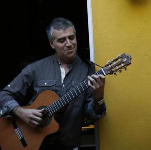 El guitarrista argentino Néstor Blanco, que reside en la ciudad de Pontevedra, España