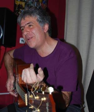 Néstor Blanco, guitarrista, profesor y compositor musical argentino que reside en Pontevedra, Galicia, España