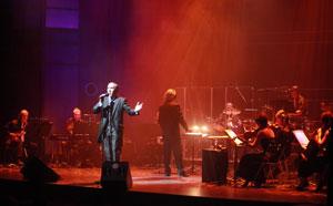 Néstor Rivero cantando en el teatro Rialto Movistar de la Gran Vía de Madrid, noviembre 2010, en la presentación de su nuevo CD
