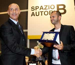 El escritor italiano Nicola Viceconti recibiendo el primer premio por su tercera novelan con temática argentina