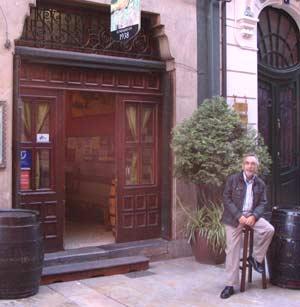 Paco Invernaz, periodista argentino, a las puertas del clásico Bar Invernoz de Avilés, Principado de Asturias, España