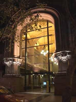 Vista nocturna de la entrada al Palacio Barolo, también conocido como Pasaje Barolo, en Av. de Mayo 1370, Buenos Aires, Argentina