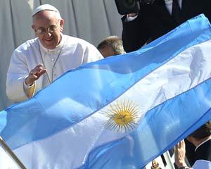 El Papa Francisco ante una bandera de la República Argentina que le presentan fieles católicos argentinos en su recorrida por la plaza del Vaticano, en Roma