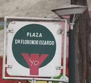 Placa que identifica a la Plaza Dr. Florencio Escardó en la ciudad de Buenos Aires, Argentina