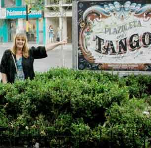 Patricia Stable, locutora argentina, indicando el cartel de la Plazoleta Tango en la ciudad de General Pueyrredón, Provincia de Buenos Aires, Argentina