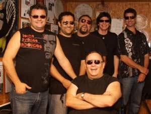 Luis Dorieux, el baterista de Peces Gordos, en su silla de ruedas, acompañado por los demás integrantes de la muy famosa bando rockera argentina