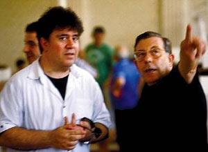 El cineasta español Pedro Almodóvar y el artista gráfico argentino Juan Gatti