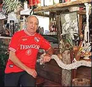 José Alberto Fernández, el inmigrante gallego, en su restaurante Pepe Fechoría de Buenos Aires, con la camiseta del club de sus amores, Independiente de Avellaneda