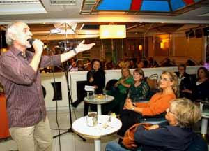 """Jaime Correa Deulofeu, poeta, escritor y ahora también cantautor, presentando su CD """"Peregrino""""  en Luces de Bohemia, Vigo, Galicia, España, el 24 de octubre 2013"""
