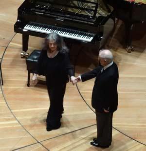 El director argentino Daniel Baremboim en el saludo final de la pianista argentina Cecilia Pillado