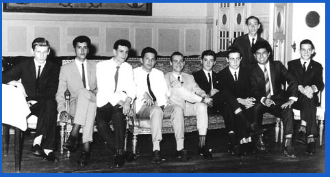 Grupo de alumnos Promoción 1962 del Normal 3 de Rosario en el día de la fiesta del final de curso y entrega de diplomas