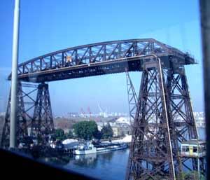 Desde el moderno puente Nicolás Avellaneda, sobre el Riachuelo, foto del puente elevado que antes unía el barrio de La Boca, en la ciudad de Buenos Aires, con la ciudad de Avellaneda, en la provincia de Buenos Aires, Argentina