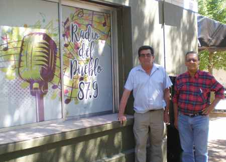 Hugo Álvarez y Enrique Forconi frente a los estudios de Radio del Pueblo de la Municipalidad de General Baldissera