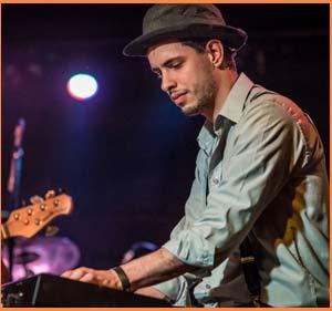 Ramiro Amago actuando como pianista en uno de sus conjuntos de rock nacional - Buenos Aires - Argentina
