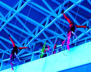 Espectáculo en techos de R.E.A. Danza que dirige el coreógrafo y bailarín argentino Diego Arias, marplatense, residente en Málaga, España