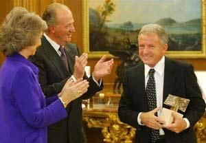 Don Juan Carlos y Doña Sofía, los Reyes de España, entregan el máximo galardón periodístico del año 2003 al locutor y periodita argentino Julio Lagos