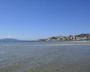 Desde la playa de Moaña, con la ciudad de Vigo a la espalda, la ría del mismo nombre, mirando hacia el Atlántico. Se recorta en la costa la ciudad de Cangas, Península do Morrazo, Provincia de Pontevedra, Galicia, España