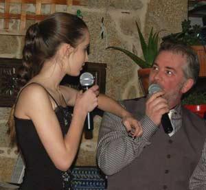 Sofía Rial y su padre, Héctor Alejandro Rial Picallo, cantando un tango a dúo en un local de la provincia de A Coruña. Los Rial residen en España desde 2002