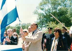 Vemos al Doctor Ricardo Elorza izando una de las muchas banderas donadas por el  Instituto Manuel Belgrano de Mar del Plata, Argentina