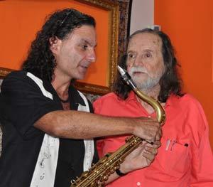 """El saxofonista Blas Rivera en la presentación del libro de Martín """"Poni"""" Micharvegas"""