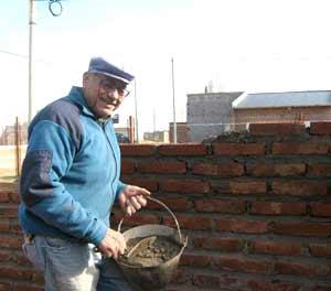 Rogelio Terán haciendo lo suyo en Bahía Blanca, levantando paredes. Padre del cantautor argentino Raúl Terán que reside en Albeta, Zaragoza, España
