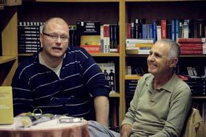 El escritor español David Panadero comentando el libro de Norberto Romero, Tierra de Bárbaros, en su presentación en Madrid