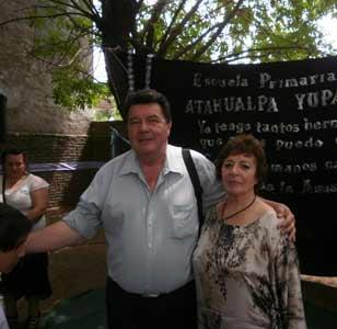 Ángeles Ruibal junto a Roberto Chavero, en la imposición del nombre de Atahualpa Yupanqui a una escuela de Moreno, provincia de Buenos Aires, Argentina