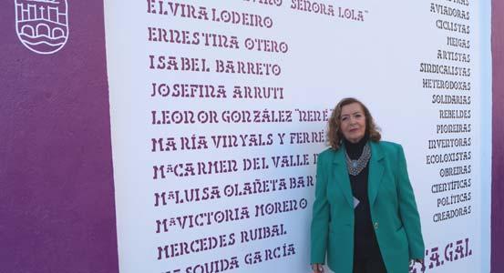 La cantante gallega Angeles Ruibal junto a la lista de mujeres homenajeadas con el mural inaugurado el 13 de junio 2019 en la ciudad de Pontevedra, Galicia, España. Uno de los nombres es de su hermana pintora Mercedes Ruibal