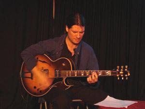 El guitarrista y compositor argentino Sacri Delfino. Dirige el Sacri Delfino Trío e integra el conjunto Malevaje que realiza tango en España, con el cantor Antonio Bartrina