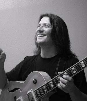 Sacri Delfino, guitarrista y compositor argentino. Integra y dirige por igual conjuntos de tango o jazz
