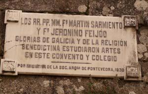 Placa que recuerda a dos sacerdores benedictinos célebres, Martin Sarmiento y Jerónimo Feijoo, en los muros del Monaesterio de San Salvador de Lérez, Pontevedra, España. Es más conocido popularmente como San Benitiño o de San Bieito